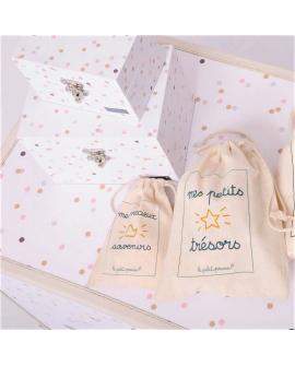 La bébéothèque est livrée avec 2 coffrets assortis et 3 pochons en coton.