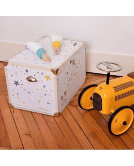 Coffre bébé avec une décoration design et intemporelle.