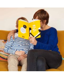 Moment de partage mère et fils avec le cahier d'activité Minus