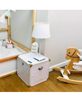Idée déco chambre petit fille : la malle cube utilisée comme table de nuit
