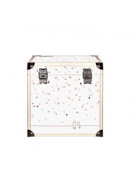 La taille de la boite lui permet de conserver les albums photos et cahiers d'école