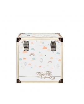 Malle solide qui peut servir de banc ou de table de nuit dans une chambre d'enfant