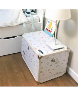 Idée déco pour chambre bébé au couleur pastel : une belle malle à souvenirs