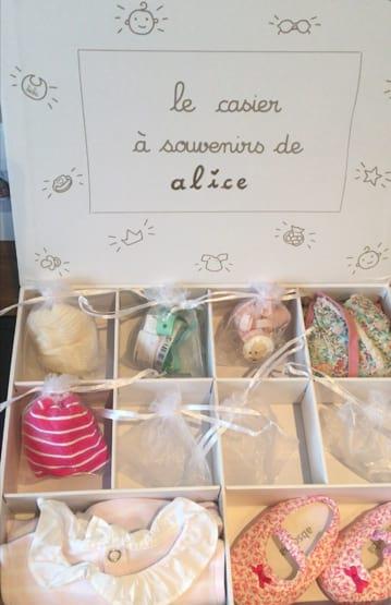 Ranger les objets précieux de bébé dans sa boîte à souvenirs