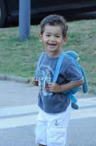 En route pour l'école avec son premier cartable et sa tenue de rentrée scolaire