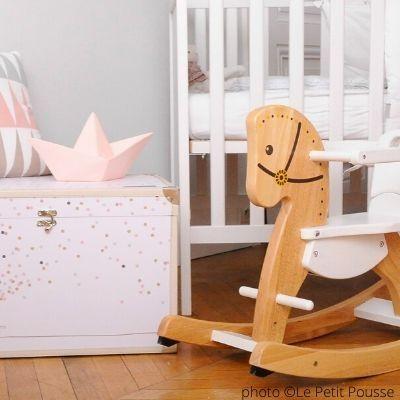 cheval-a-bascule-indispensable-deco-dans-sa-chambre-de-bebe