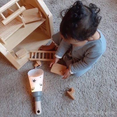 Indispensables-deco-bebe-lampe-douce-et-maison-de-poupees-en-bois
