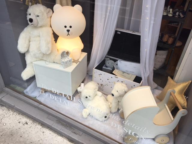 La bébéothèque en vitrine de la boutique Les Enfants Rêveurs à Lyon